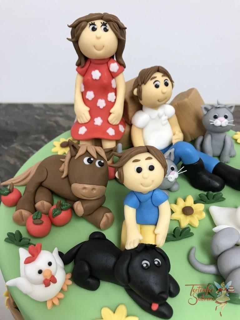 Geburtstagstorte - Ehepaar mit Kindern und Tieren wie einem Pferd, drei Katzen, drei Hühnern und einem Hund. Verziert mir Blumen und Strohpinkerln.