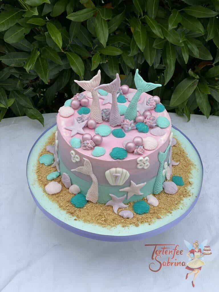 Geburtstagstorte Mädchen - Ein paar Meerjungfrauenflossen unter Wasser und am Strand zwischen Muscheln und Seesternen.