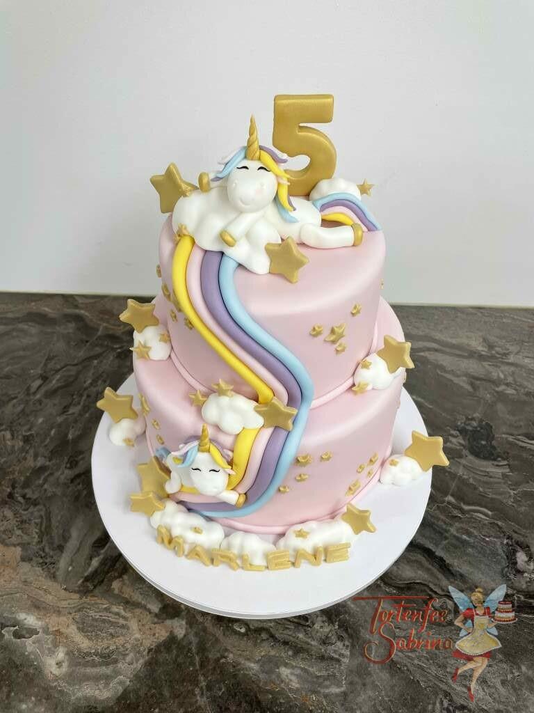 Geburtstagstorte Mädchen - Einhorn auf der Regenbogenrutsche mit vielen goldenen Sternen und Wolken auf einer rosa Torte.