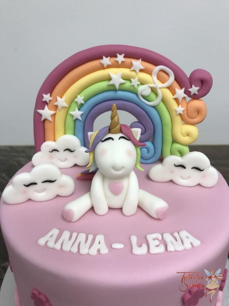Geburtstagstorte Mädchen - Einhorn mit Regenbogen und Wolken. Torte ganz in Rosa eingedeckt und mit Blumen und Sternen verziert.