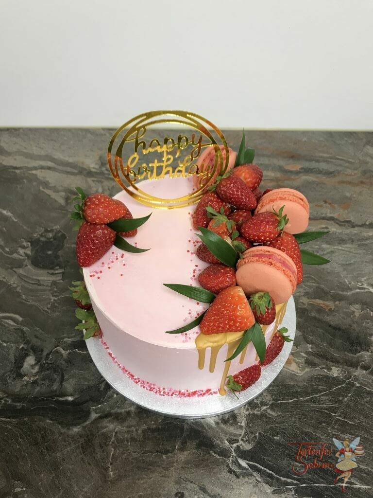 Geburtstagstorte Erwachsene - Erdbeeren mit goldenem Drip und schönem Cake Toper, ebenso ist die Torte mit bunten Streusel verziert.