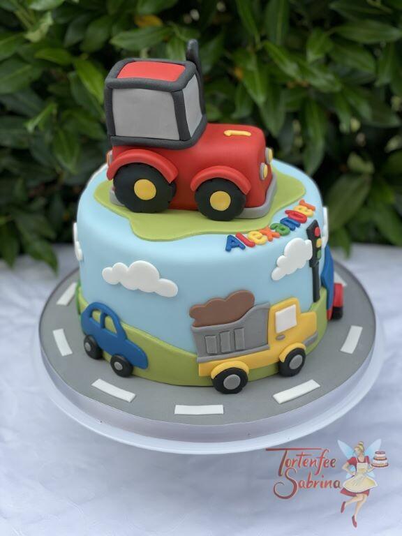 Geburtstagstorte Buben - Fahrzeuge auf der Straße unterwegs, in der Mitte auf der Torte steht ein roter Traktor.