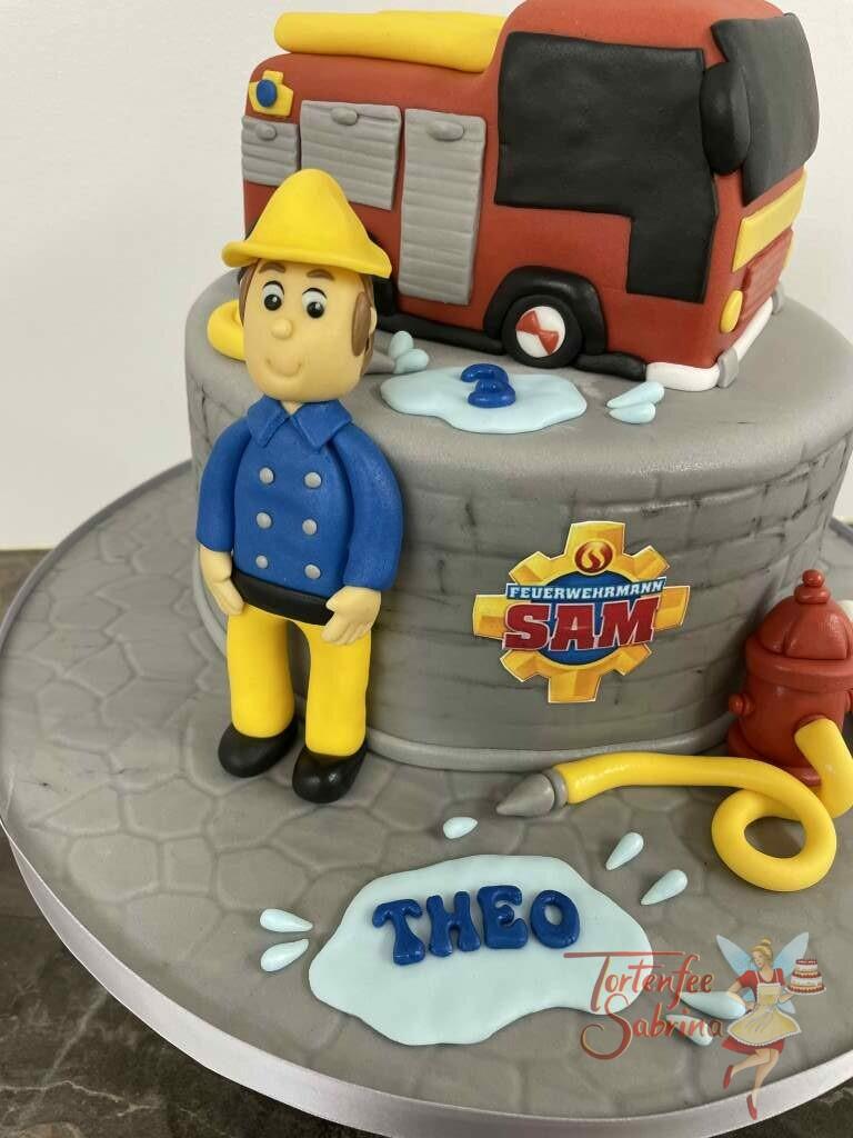 Geburtstagstorte Buben - Feuerwehrmann Sam im Einsatz mit seinem Fahrzeug Jupiter und seinem Helfer Schnuffi.