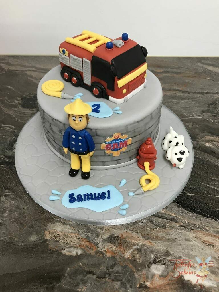 Geburtstagstorte - Feuerwehrmann Sam mit Jupiter auf ein grauen Torte mit Steinmuster, und der rote Hydrant darf auch nicht fehlen.