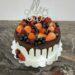 Geburtstagstorte Erwachsene - Fruchtige Überraschung mit vielen verschiedenen Beeren und schokladigem Dirp sowie einem Cake Topper.