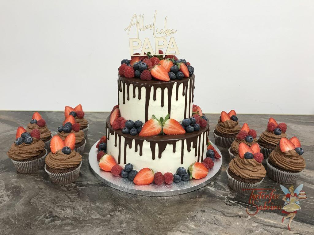 Geburtstagstorte Erwachsene - Früchte hoch 2 mit Cup Cakes, auf der Torte befindet sich ein schokoladiger Drip und ein Cake Topper.