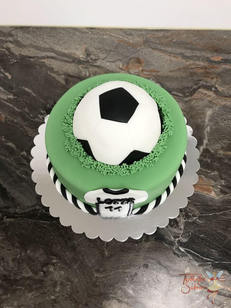 Geburtstagstorte Mädchen - Fußball und Trikot, hier sieht man einen halben Fußball auf der Wiese und das Trikot mit dem Namen.