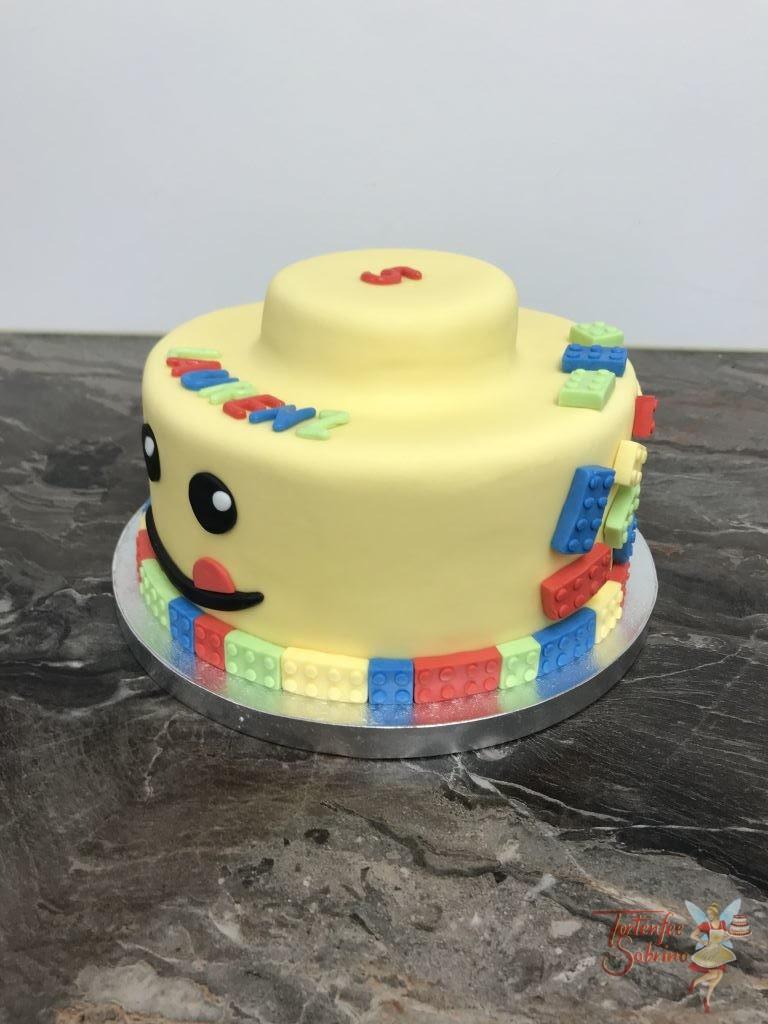 Geburtstagstorte Buben - Gelbes Köpfchen einer Legofigur ist hier als Torte nachgebildet. Zusätzlich wurden noch bunte Legosteine aufgebracht.