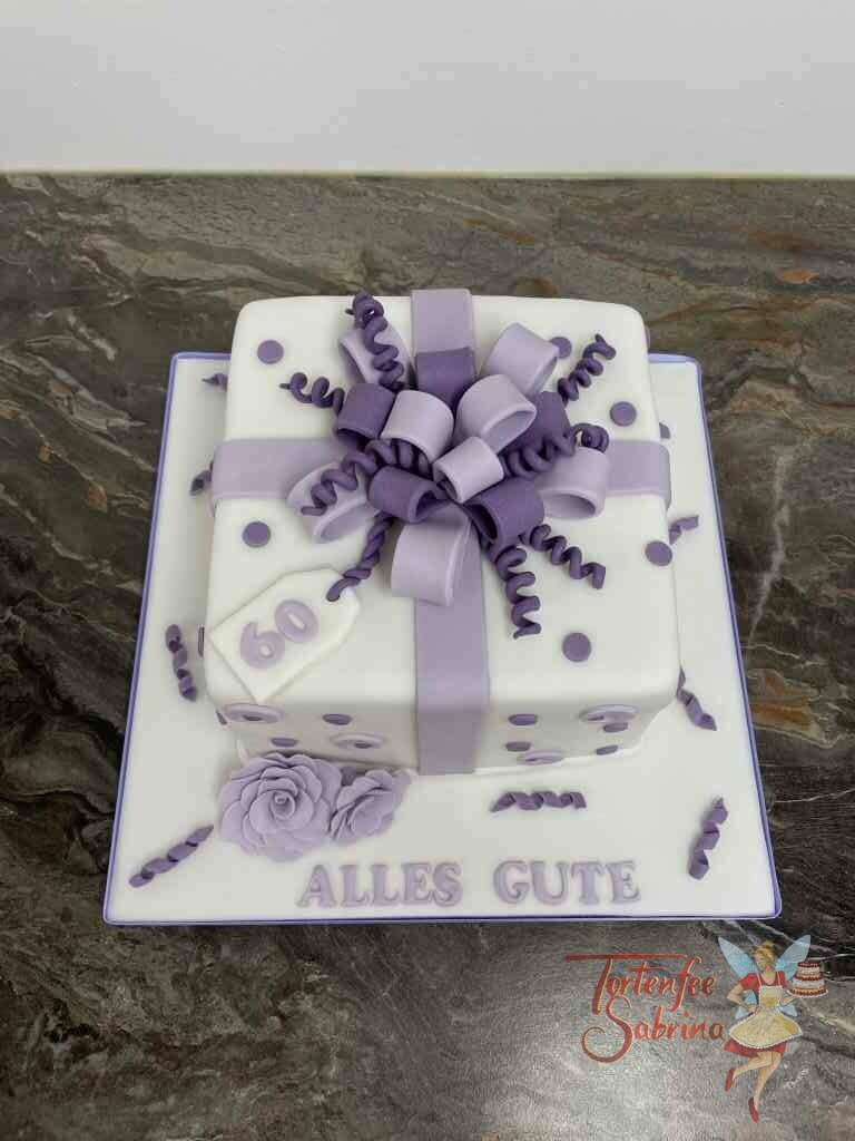 Geburtstagstorte Erwachsene - Geschenkspackerl mit lila und violetter Schleife, ebenso ist die Torte noch mit einer Blume verziert.