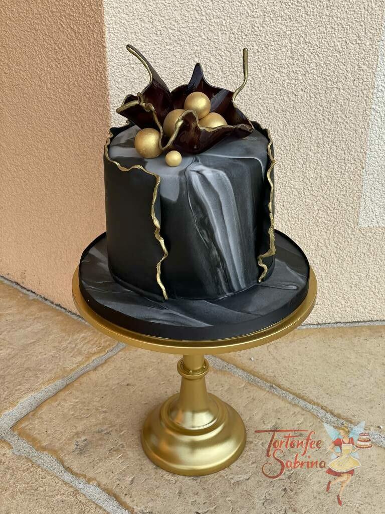 Geburtstagstorte Erwachsene - Goldene Kugeln mit schwar und grau, hier wurde aus eingefärbten Zucker eine Schale für die Kugeln geformt.
