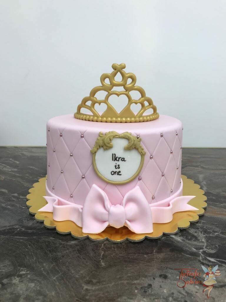 Geburtstagstorte Mädchen - Goldenes Krönchen ist ganz oben auf der Torte, weiters wurde sie noch mit Perlen und einer Schleife verziert.