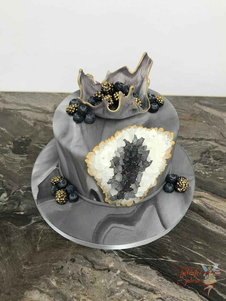 Geburtstagstorte Erwachsene - Graue Kristalle wurden hier auf einer grau marmorierten Torte gesetzt, ebenso eine Zuckerschale mit Beeren.