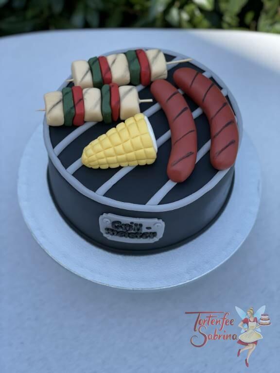 Geburtstagstorte Erwachsene - Grillmeister mit kleinem Griller, auf dem Rost liegen Würstel, Maiskolben und ein Fleischspieß.