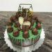 Geburtstagstorte Erwachsene - Grüner Drip mit Süßem. Hier wurde die Torte mit vielen verschiedenen Süßigkeiten und Mini-Footbällen verziert.
