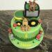 Geburtstagstorte Buben - Grüner Traktor mit 2 rastenden Hunden auf der Wiese und umgeben von Pilzen und Steinen.