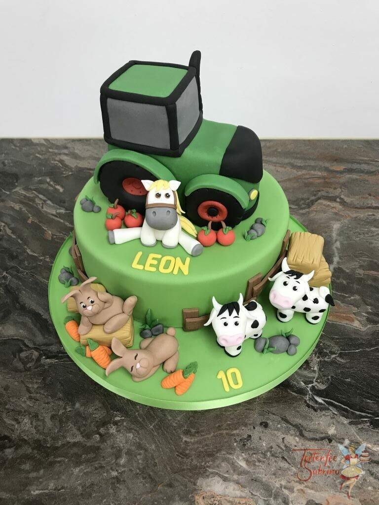 Geburtstagstorte Buben - Grüner Traktor mit Pferd ziert die Torte oben, unten sind noch Kühe und Häschen auf der Wiese.