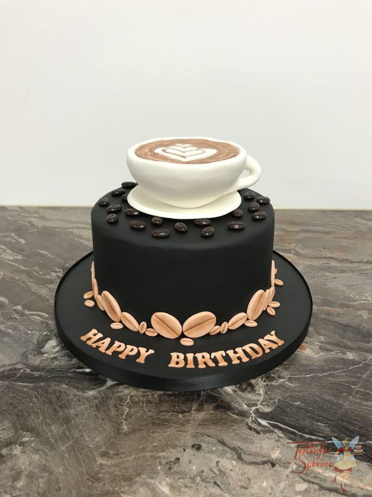 Geburtstagstorte Erwachsene - Häfferlkaffee mit Herz, auf der schwarzen Torte mit Kaffeebohnen steht ein Häferl mit einem Herz aus Schaum.