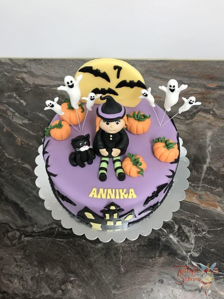 Geburtstagstorte Mädchen - Halloween mit Hexe und Geisterhaus. Ebenso auf der Torte sind Kürbise, Geister und eine schwarze Katze.