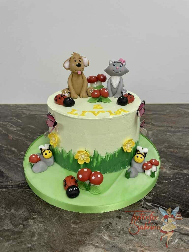 Geburtstagstorte Mädchen - Hund und Katze sitzen auf der Torte neben Fliegenpilzen und Marienkäfer.