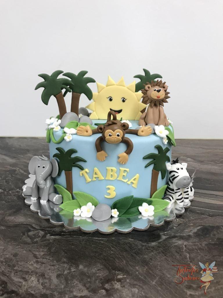 Geburtstagstorte Mädchen - Im Dschungel geht die Sonne auf zwischen vielen Palmen, Blumen und Blättern. Die Tiere auf der Torte sind Affe, Elefant, Löwe und Zebra.