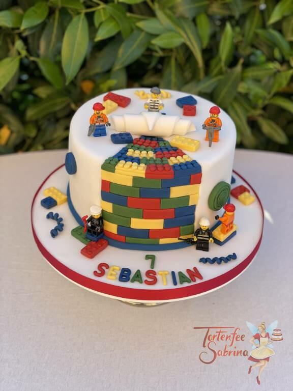 Geburtstagstorte Buben - Lego´s fleißige Bauarbeiter werken angestrengt an der Torte und legen die vielen Legosteine frei.