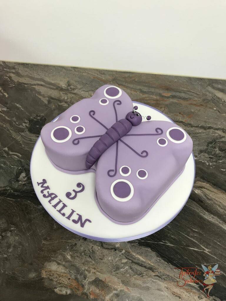 Geburtstagstorte Mädchen - Lila Schmetterling mit lustigem Gesicht und violett und weißen Punkten.