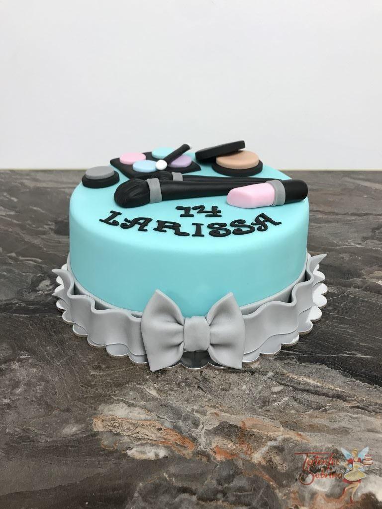 Geburtstagstorte Mädchen - Lippenstift mit Rouge, diese Torte in der Farbe türkis wurde mit Schmicksachen und einer grauen Schleife verziert.