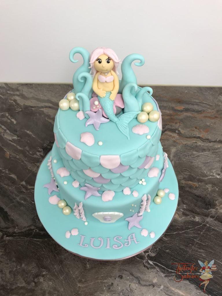 Geburtstagstorte Mädchen - Meerjungfrau am Thron aus Wellen. Der obere Teil der Torte wurde mit Schuppen verziert, weiters sind noch Muschel und Seestern auf der Torte.