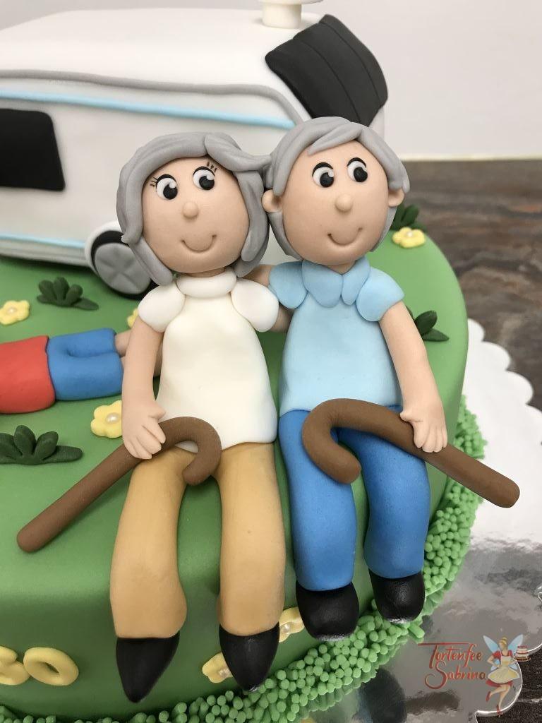 Geburtstagstorte Erwachsene - Mit dem Wohnwagen auf Reisen, hier sieht man Oma und Opa mit ihren Enkelkindern auf der Wiese.