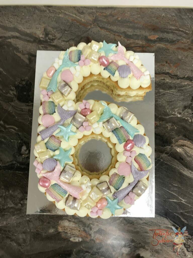 Geburtstagstorte Mädchen - Muscheln und Seesterne auf der süßen 6, ebenso zieren die Torte die Flossen von Meerjungfrauen.