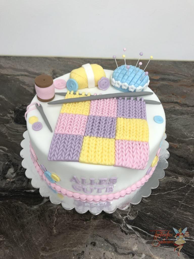Geburtstagstorte Erwachsene - Nähen und Stricken ist bei dieser Torte das Thema, verziert wurde sie mit Knöpfen, Zwirn, Nadel und Faden.