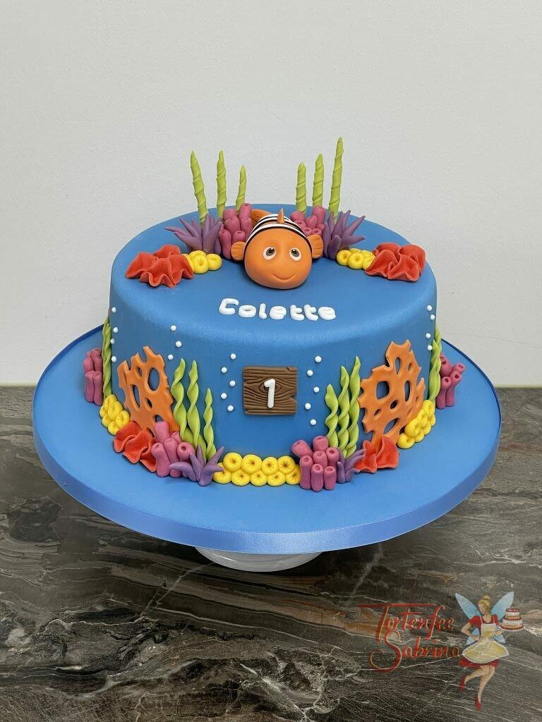 Geburtstagstorte Mädchen - Nemo zwischen vielen bunten Seeanemonen, er schaut ganz glückliche nach oben.