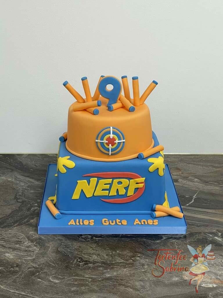 Geburtstagstorte Buben - NERF hoch 9 zeigt die Torte in den Farben der Marke sowie den kleinen Schaumstoffstäbchen.