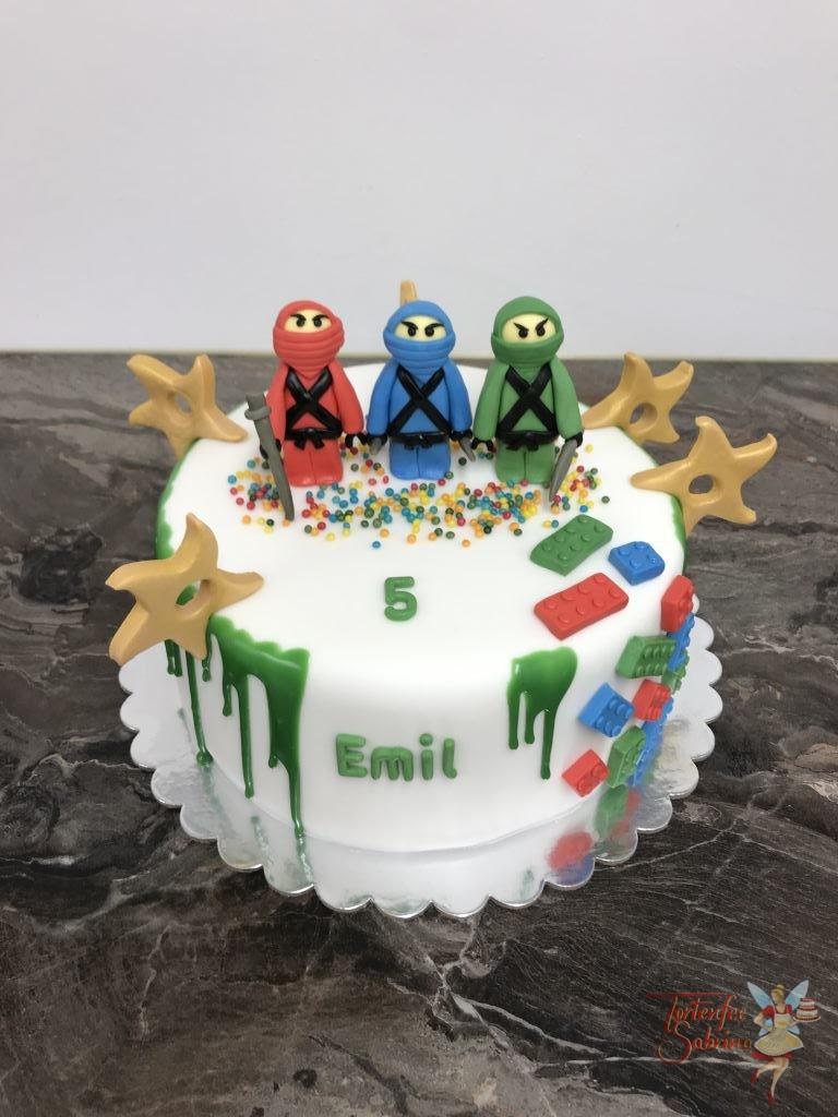 Geburtstagstorte Buben - Ninjagos mit Bausteinen. Diese Torte wurde oben mit einem grünen Drip abgeschlossen, passend zum grünen Ninjago.