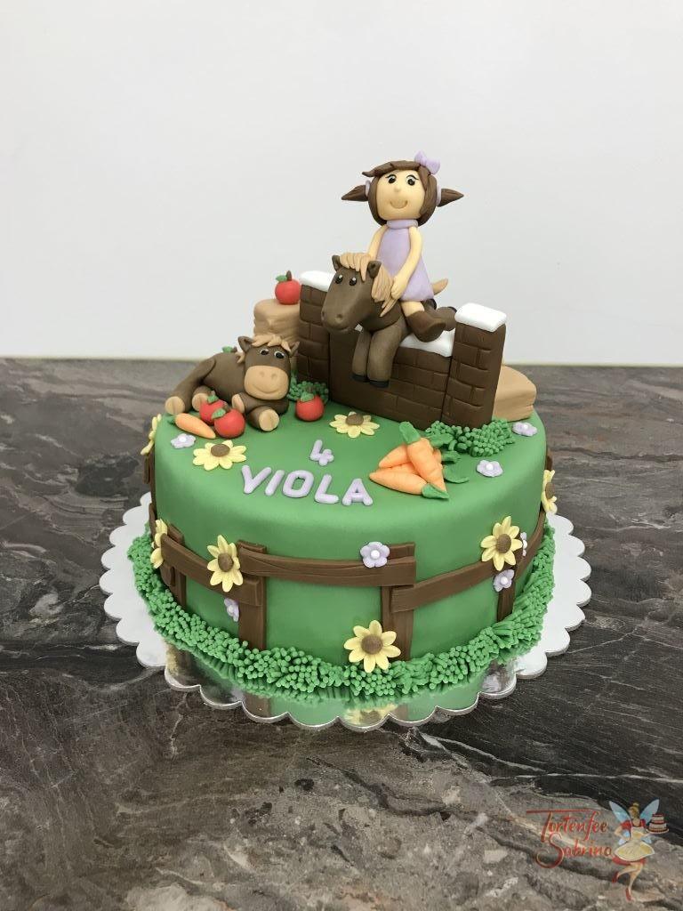 Geburtstagstorte Mädchen - Pferde beim Springtunier. Diese Torte wurde mit Pferden, einem Mädchen, Obst und Gemüse verziert.