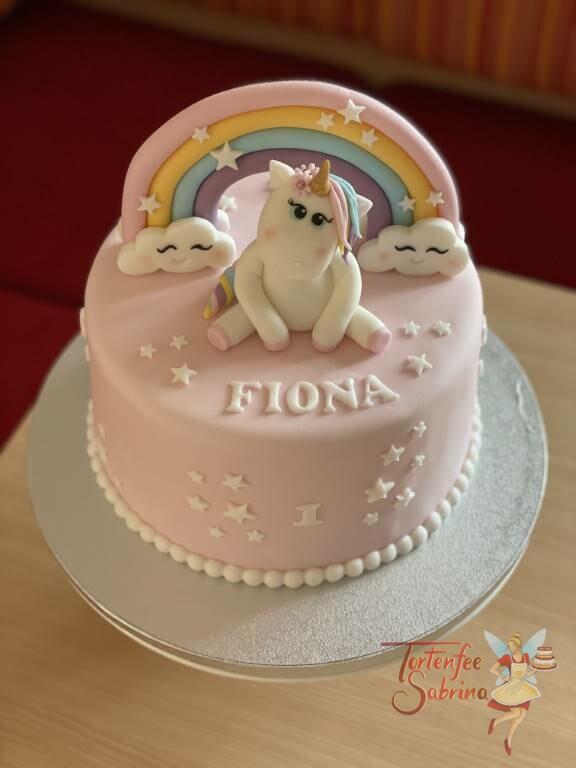 Geburtstagstorte Mädchen - Regenbogen zwischen den Wolken mit einem niedlichen Einhorn und weißen Sternen.