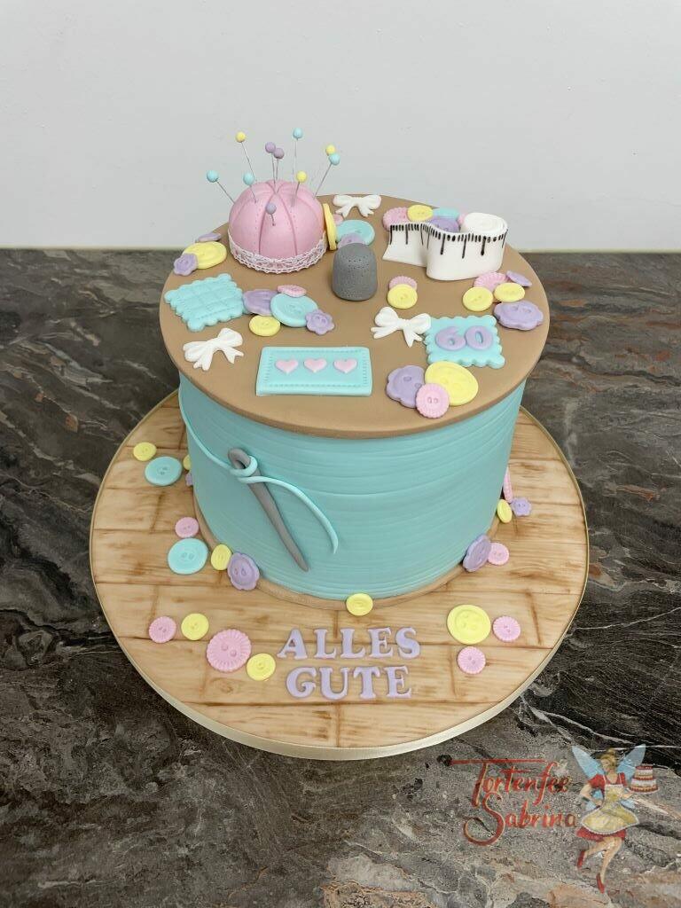 Geburtstagstorte Erwachsene - Riesige Fadenspule zum Geburtstag, dekoriert oben mit vielen Knöpfen, Nadeln und Fingerhut.