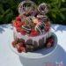 Geburtstagstorte Erwachsene - Rosa Drip mit Süßem, die Torte wurde dekoriert mit Erdbeeren, Himbeeren und vielen verschiedenen Süßigkeiten.