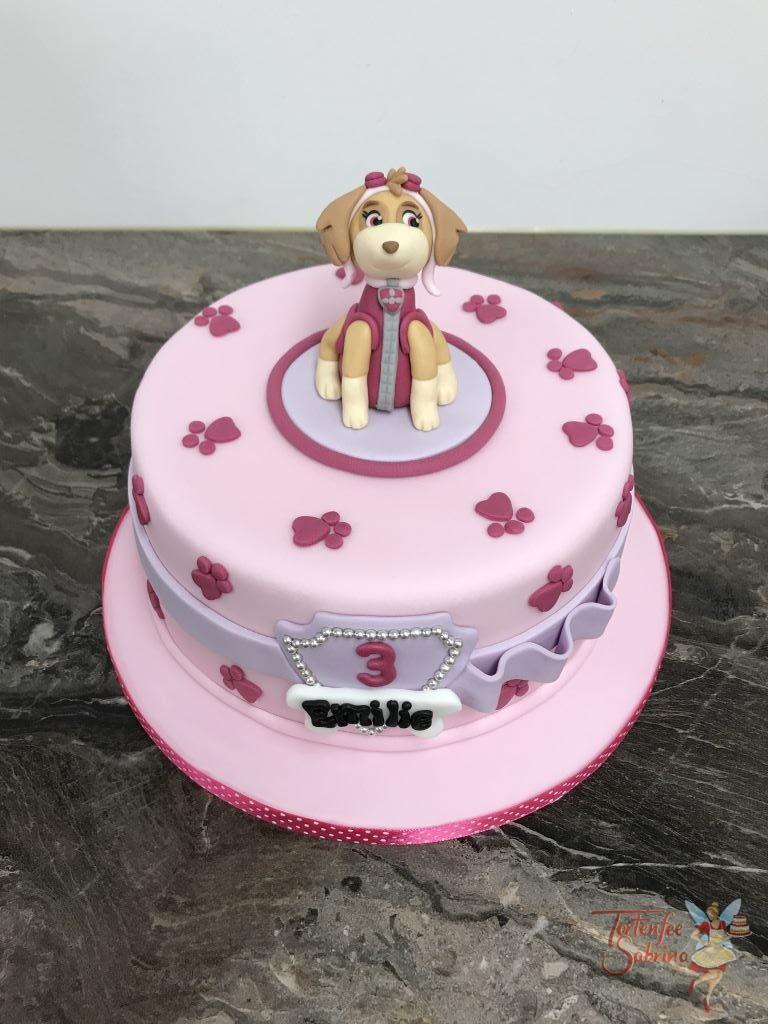 Geburtstagstorte Mädchen - Skye mit violetter Schleife, hier wurde der Fellfreund Skye auf die Torte modelliert und der Abschluß ist eine violette Schleife.