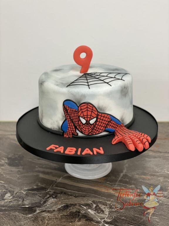 Geburtstagstorte Buben - Spiderman greift nach dir, die Torte wurde mit einem Spinnennetz und der Zahl 9 in der Farbe rot.