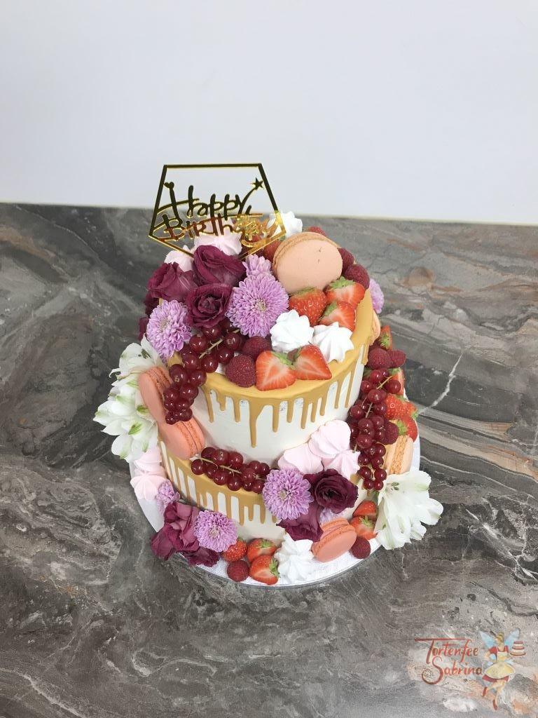 Geburtstagstorte Erwachsene - Süß, fruchtig und goldig ist diese Torte. Ein goldemer Topper und Drip verzieren die Torte ebenso Blumen.