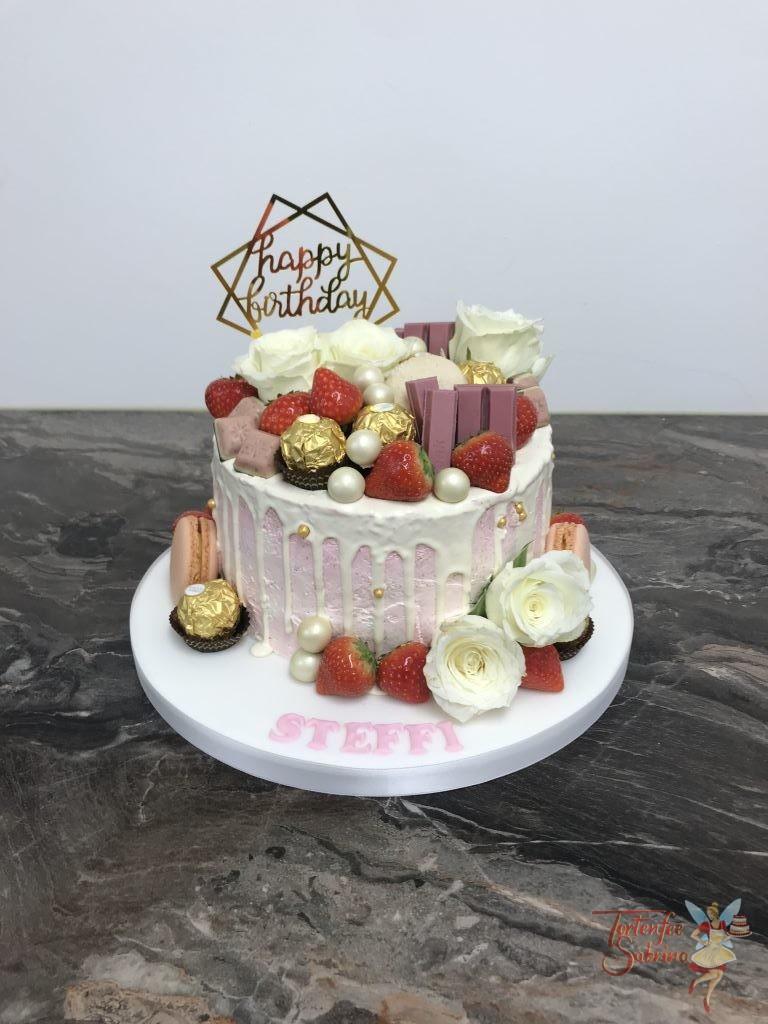 Geburtstagstorte Erwachsene - Süße rosa Überraschung, die Torte wurde mit Rosen, Früchten, verschiedenen Süßigkeiten und Cake Topper.