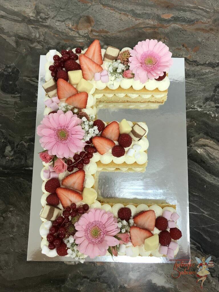 """Geburtstagstorte - Süßes blumiges """"E"""" wurde mit rosa Blumen, Erdbeeren, Himbeeren, Ribiselm und verschiedenen Süßigkeiten."""