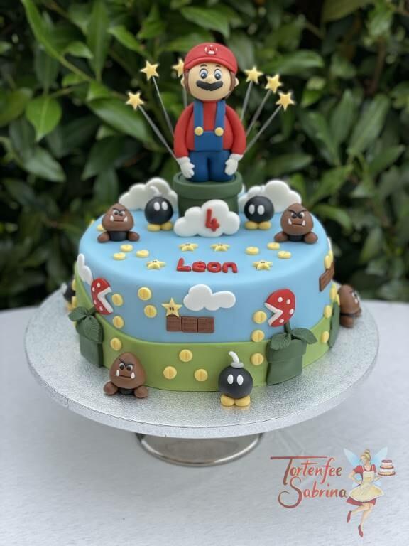 Geburtstagstorte Buben - Super Mario mit Sternen schaut aus der Röhre, umgeben von seinen Gegner den kleinen Bomben und Gumbas.