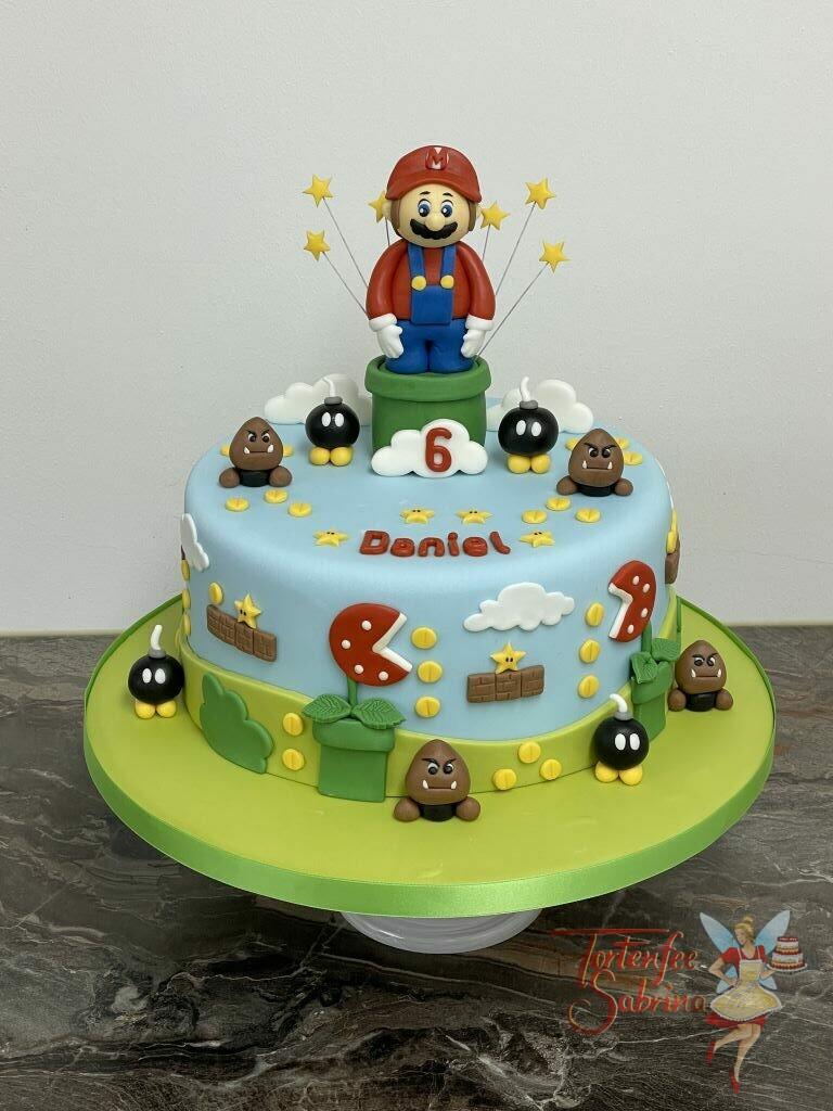 Geburtstagstorte Buben - Super Mario zwischen den Sternen. Ebenfalls auf der Torte sind viele Münzen, Sterne und Wolken.