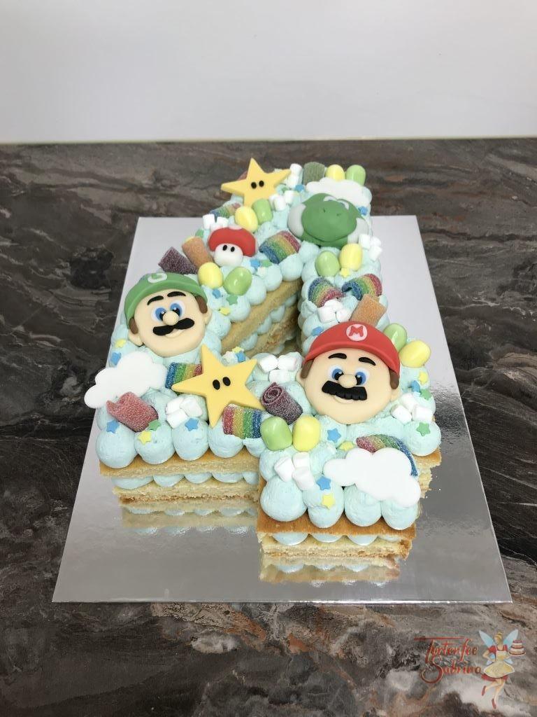 Geburtstagstorte Buben - Super Mario´s 4er, hier wurde die Torte als 4 zugeschnitten und mit blauer Creme gefüllt. Verziert mit Mario, Luigi und Joshi.