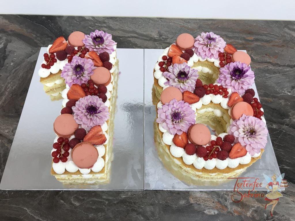 Geburstagstorte Erwachsene - Sweet 18ten. Verziert mit Erdbeeren, Himbeeren und Ribiseln. Weiters mit auf der Torte sind Blumen und Macarons.