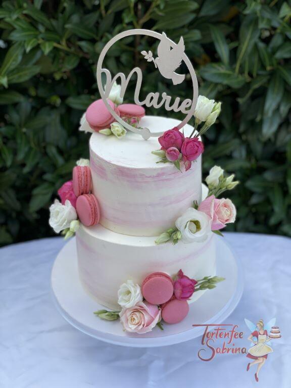 Geburtstagstorte Mädchen - Taube mit Blumen sind auf dem Cake Topper abgebildet, die Torte wurde mit Süßigkeiten und Blumen verziert.
