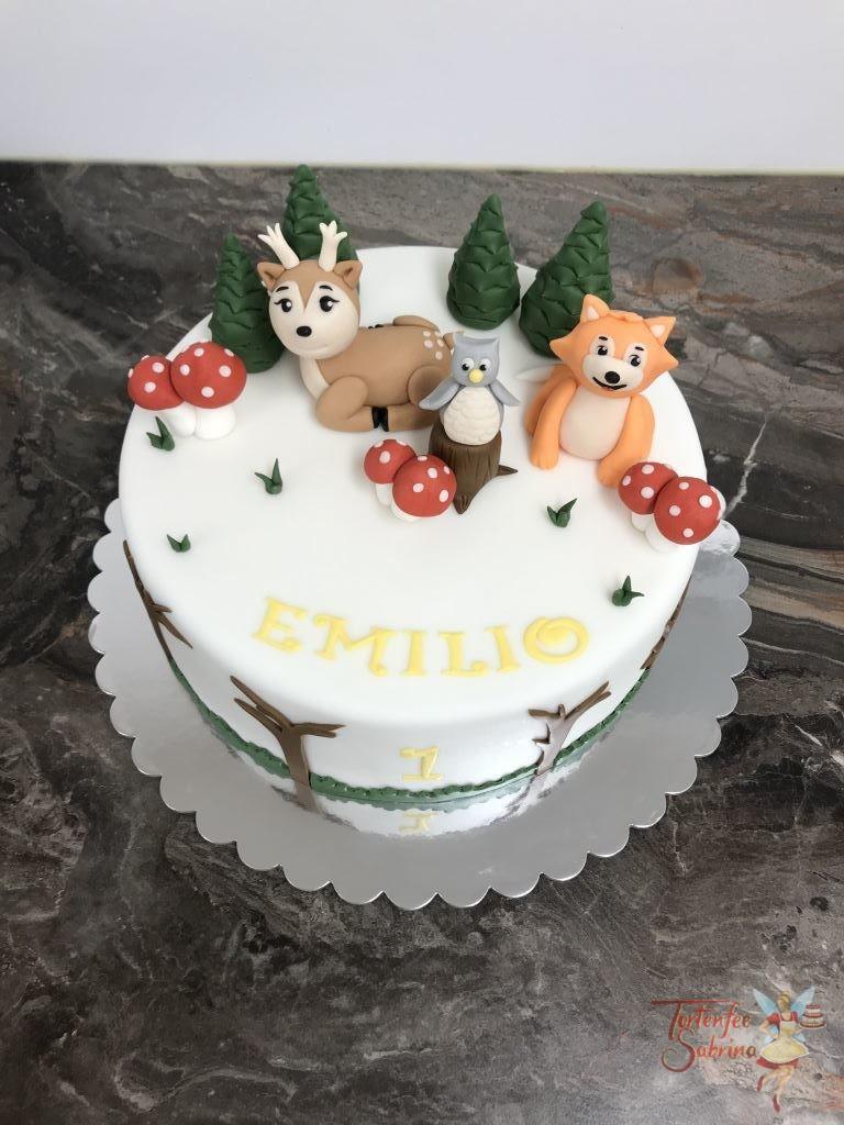 Geburtstagstorte Buben - Tiere im Wald, die Torte wurde dekoriert mit einem Reh, einem Fuchs und einer Eule, sowie Bäumen und Schwammerl.