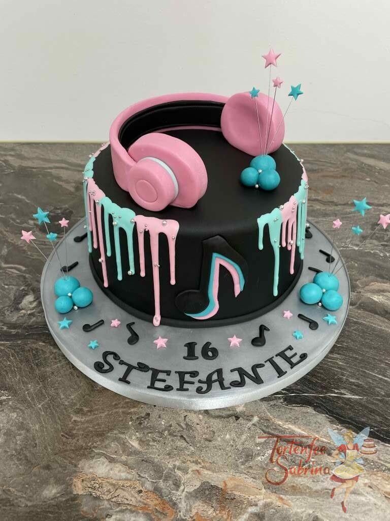 Geburtstagstorte Mädchen - Tik Tok Kopfhörer ist das Motto der Torte zusätzlich wurde sie mit einem zweifärbigen Drip verziert.